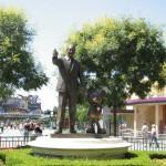 Walt och Kalle står staty tillsammans