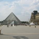 Louvren med glaspyramiden framför