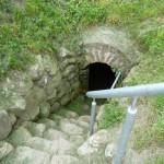 En stentrappa leder ner till ett rum där elaka tungor hävdade att Brahe spärrade in bönder, som inte vill uppfylla alla hans krav.