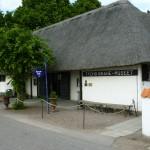 Här är entrén till trädgård och museum samt en liten shop. Bredvid ligger en prisvärd servering, med vinrättigheter. De har smörgåsar, kakor mm.