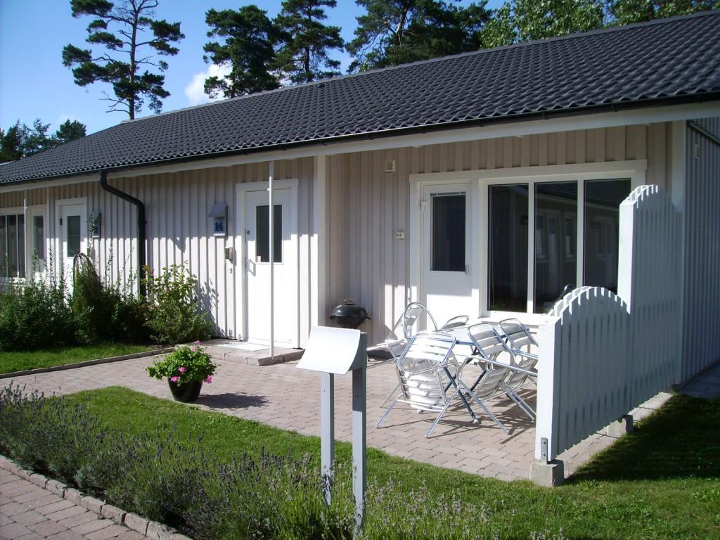 Huset vi hyrde i Åhus var mycket smakfullt och fint, två sovrum med utgång till baksidan, stort kök, vardagsrum och uteplats. Till och med två badrum.