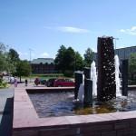 Fontänen på torget, i bakgrunden, på andra sidan Svartån, ligger stadshuset