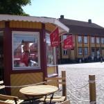 Den allra läckraste glass i nygräddade våfflor får man här, på torget i Åhus