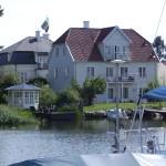 Längst ån ligger många tjusiga villor med egna bryggor och båtar