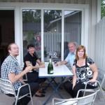 Denna familjen bodde i ett grannhus. Det visade sig att de vunnit en vecka på hotell Åhus Strand, därav champagneflaskan.