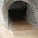 Vägen ner mot kylan och mörkret under slottet: de långa katakomberna.