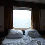 110 Hytten hade underbart mjuka sängar och ett stort fönster. Hela hytten var väl tilltagen.