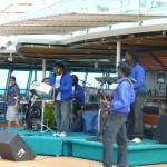 125 Ombord, vid poolen spelade detta muntra band karibisk musik