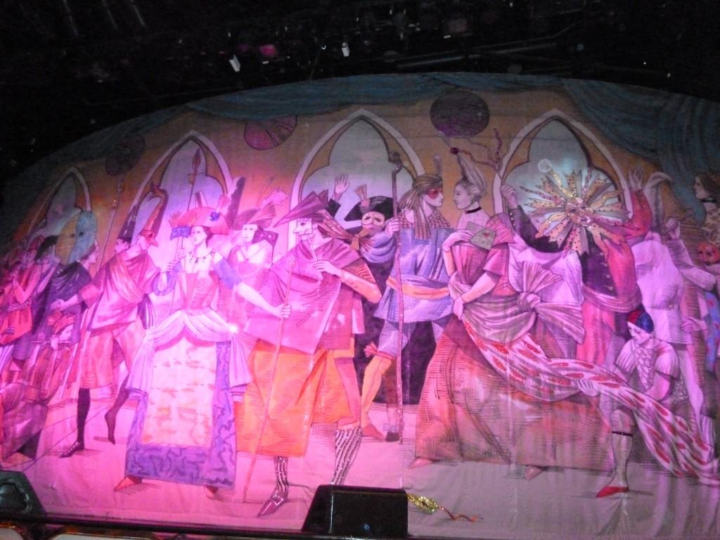 146 Teaterns kuliss visade förstås en maskerad
