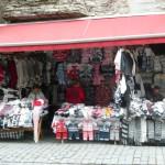 211 Tallin längst stadsmuren fanns många stånd med stickade kläder