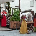 233 Tallin, Gamla Hansan med bl.a. servering. Här fanns också utklädda flickor och pojkar.