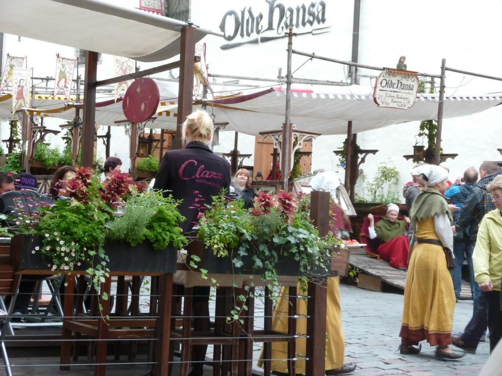 234 Tallin, Vi drack ett glas öl på en restaurang bredvid Gamla Hansan.