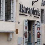 242 Tallin. Här finns ett av europas äldsta, ännu aktiva, apotek. Sedan 1400-talet. Då sålde de bla enhörningshorn.