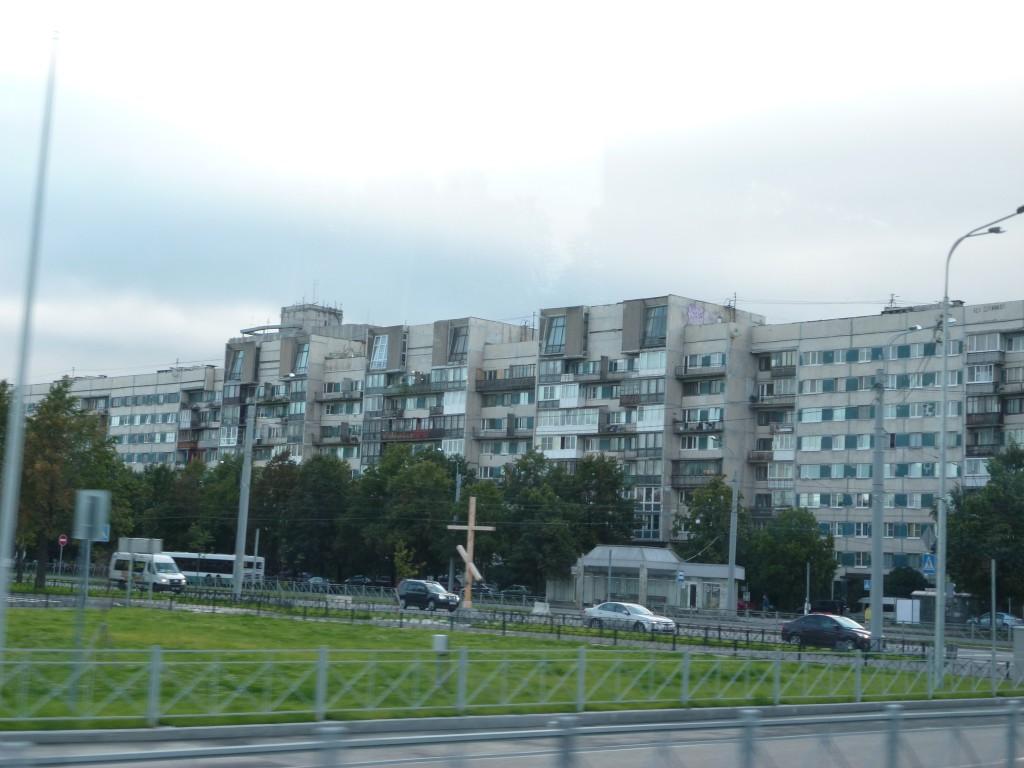 300 St Petersburg. Bostäderna är gamla, slitna och enformiga. 8 m2 per person är standard. Men människorna ser i övrigt mycket moderna ut.