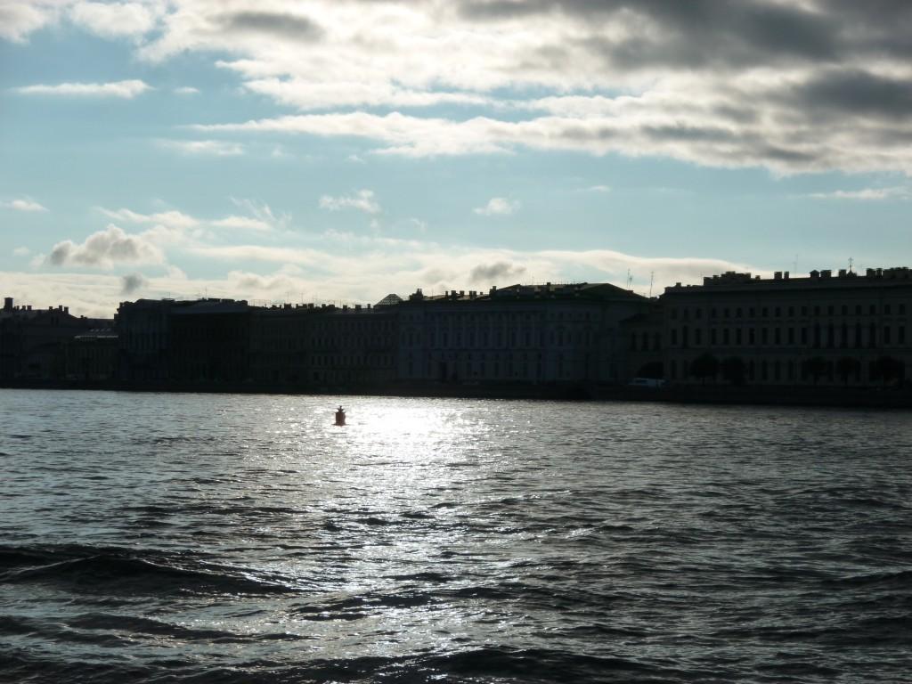 305 Floden Neva rinner genom St Petersburg