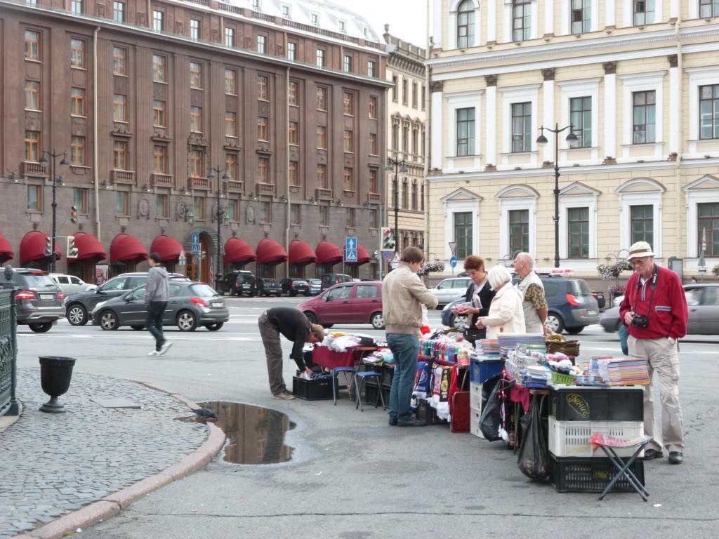 309 Gatuförsäljnarnas babuschkor och annat var väsentligt billigare än i varuhusen och på båten. De tog gärna betalt i euro eller annan valuta, varuhusen däremot ville ha rubel eller kreditkort.