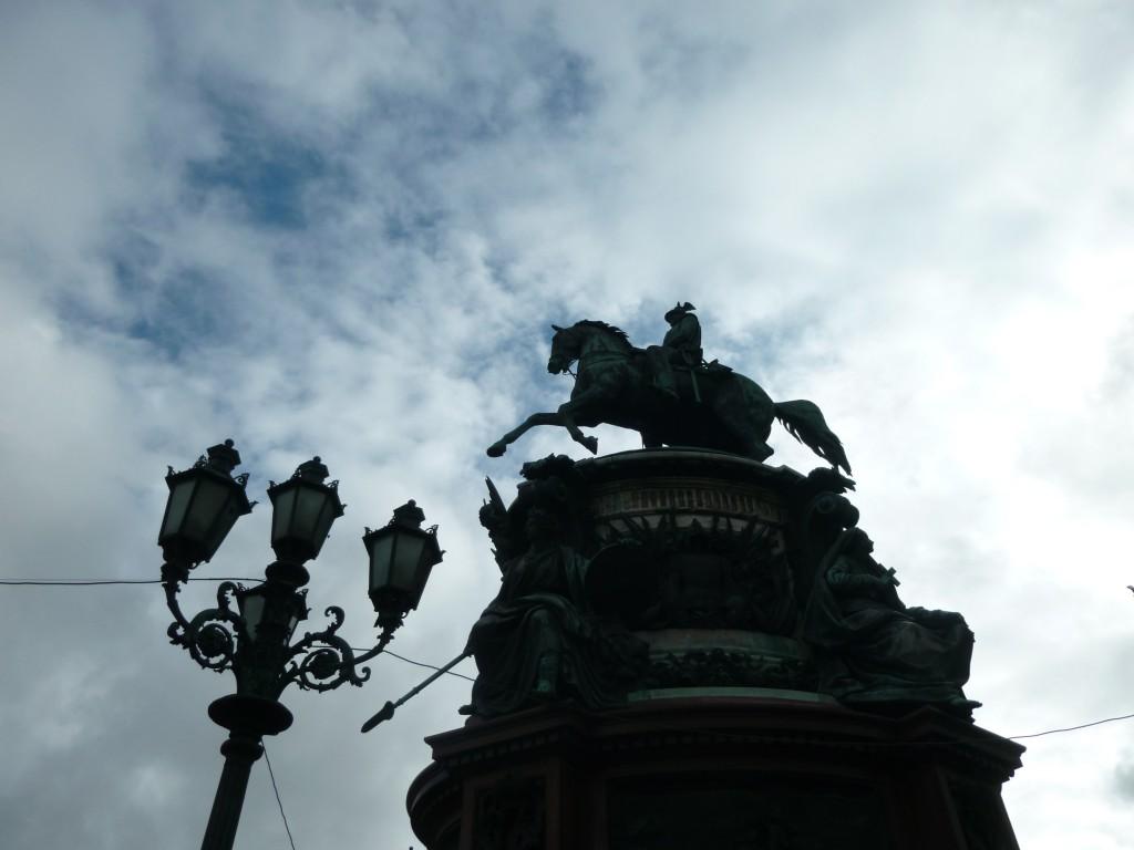 311 På St Isaakstorget står Nikaloi 1 staty