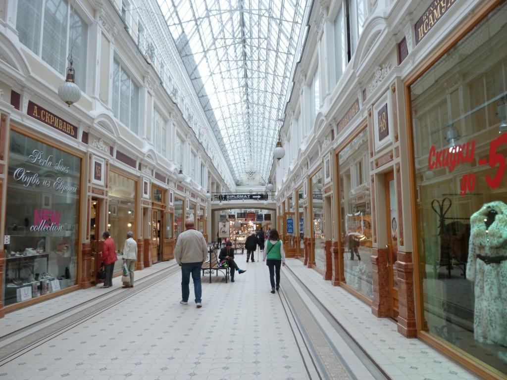 318 Shoppingarkad på  Nevskij Prospekt. Man kan köpa billig champagne och vodka av bra kvalitet. När vi reste kostade tex en flaska champagne 140 rubel, ca 35 kr.