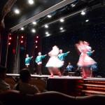 319 Kvällsföreställningen på båten var tre ryska tenorer och en rysk dansgrupp