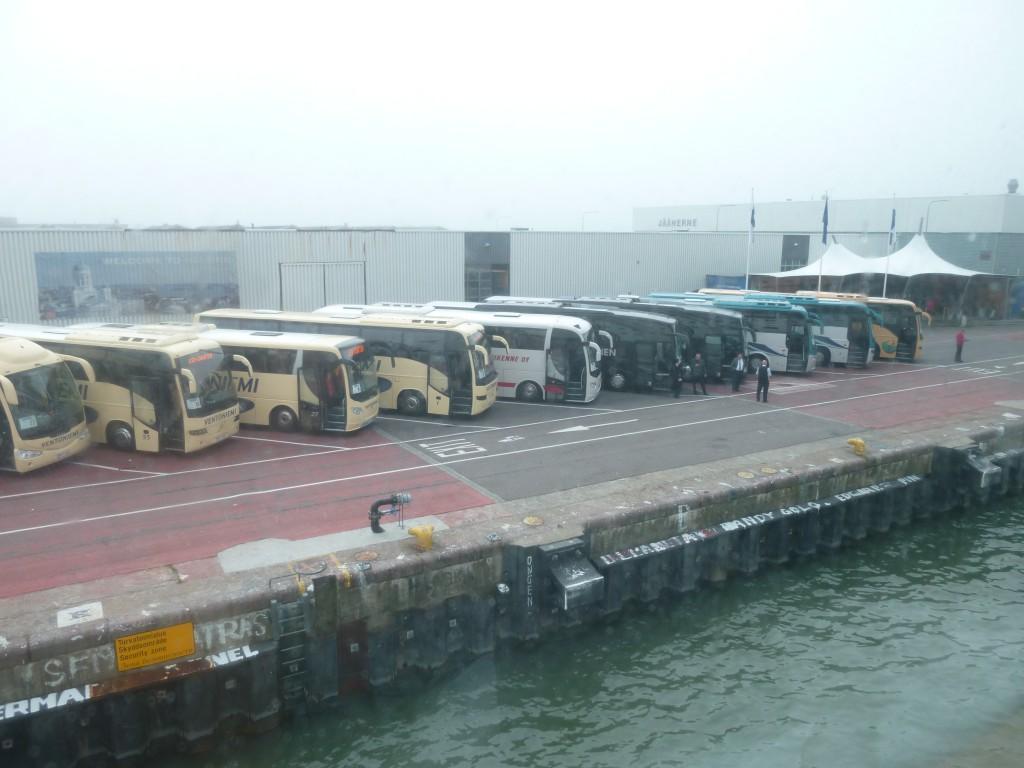 P1070307 I varje hamn står en karavan av bussar och taxibilar i givakt och väntar på båten
