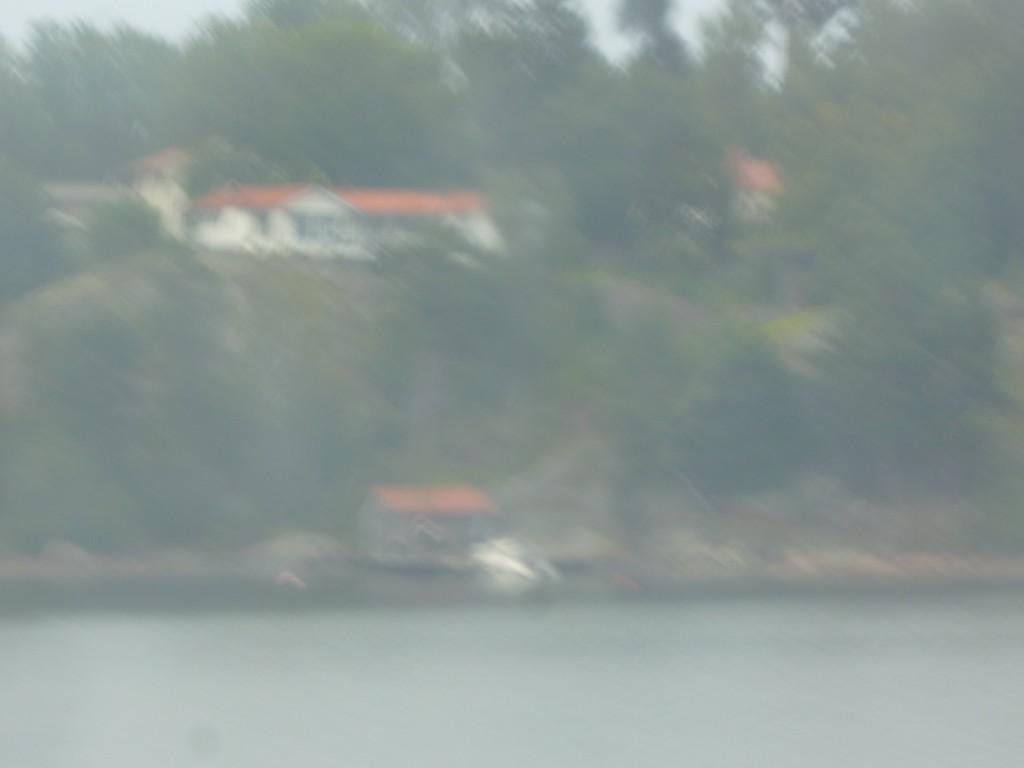 Insegling till Stockholm. Man kan se mycket från en båthytt, fartygen går nära öarna.
