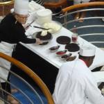 Ny underhållning: kocken och utflyktschefen tävlar i att dekorera tårtor
