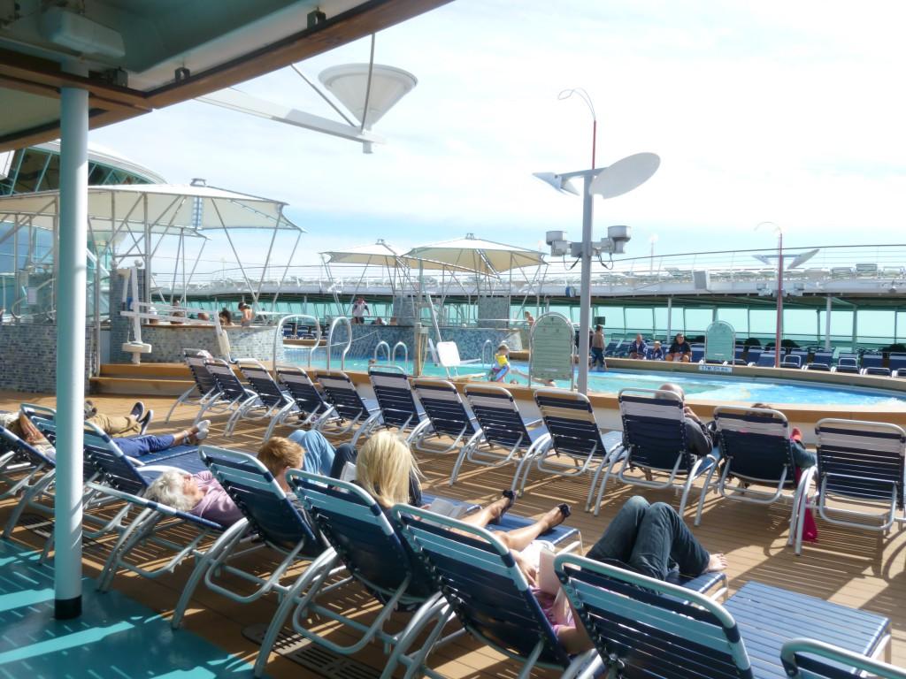 En hel dag till havs. Många läser en bok i en solstol.