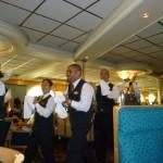 Sista kvällen gick all serveringspersonal sin parad i restaurangen och sjöng.