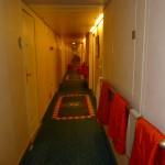 Sista kvällen. Morgondagens städning har förberetts genom att tvättpåsar hängts ut. I natt kl 23 skall alla väskor vara utställda i korridoren.