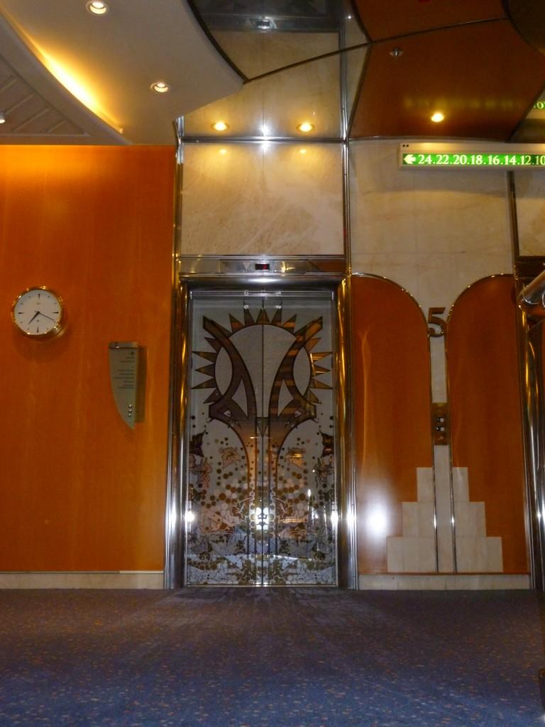 Även hissdörrarna var tjusigt dekorerade